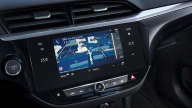 Come sostituire un'autoradio con display in auto