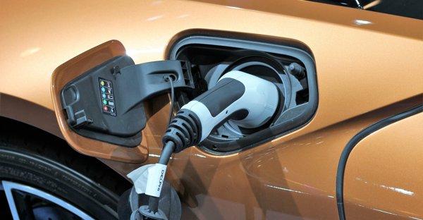 BMW i8: ricarica per auto elettrica