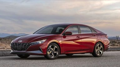Hyundai Elantra: look controcorrente per la berlina coreana