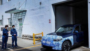 BMW iX3: ecco le prime immagini ufficiali del SUV elettrico