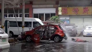 Auto elettrica esplode sotto carica (VIDEO)