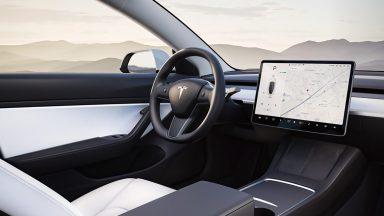 Usa l'Autopilot di Tesla all'esame della patente: bocciato