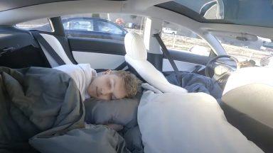 Se una star di TikTok si filma mentre dorme sulla Tesla