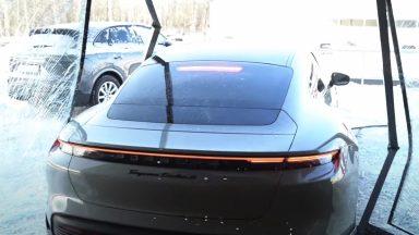 Influencer sale su una Porsche Taycan e sfonda una vetrata