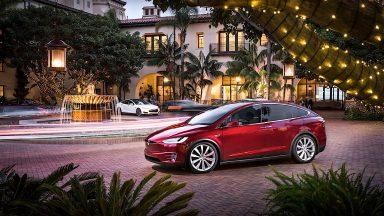 Tesla estende l'autonomia delle auto Model X e Model S